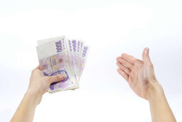 Peníze můžete dostat v hotovosti na ruku do 20 minut, na pobočce společnosti v Praze. Nebo i bezhotovostním převodem na váš účet v bance.