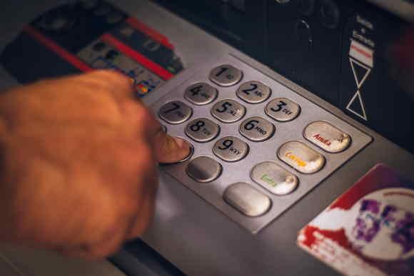 Potřebujete rychle půjčit peníze? A potřebujete, aby to bylo v hotovosti? Tady můžete dostat finance v hotovosti na ruku, do 60 minut. Můžete si je vyzvednout na více než 190 místech, po celé ČR. Nebo si je můžete nechat poslat i na účet v bance. Šance i pro lidi s exekucí. Bez ručitele a bez poplatků předem.